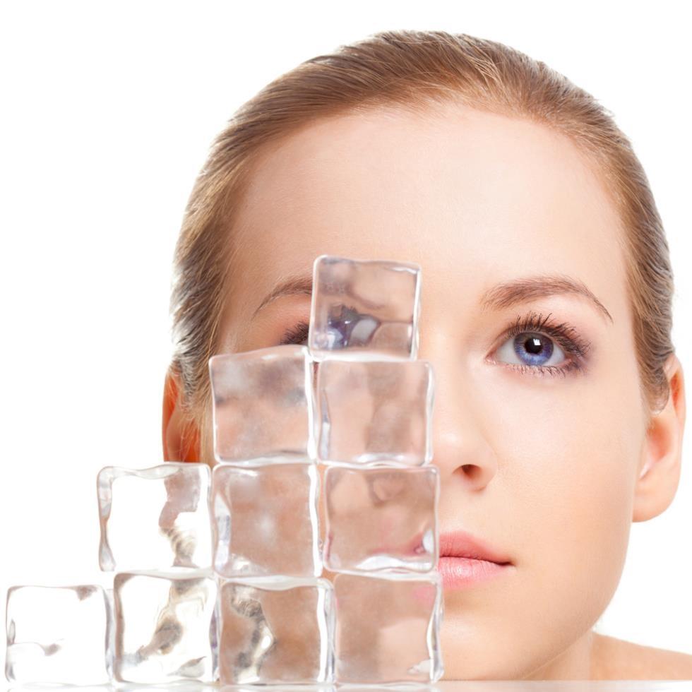 Kết hợp chườm đá để giảm sưng sau nâng mũi